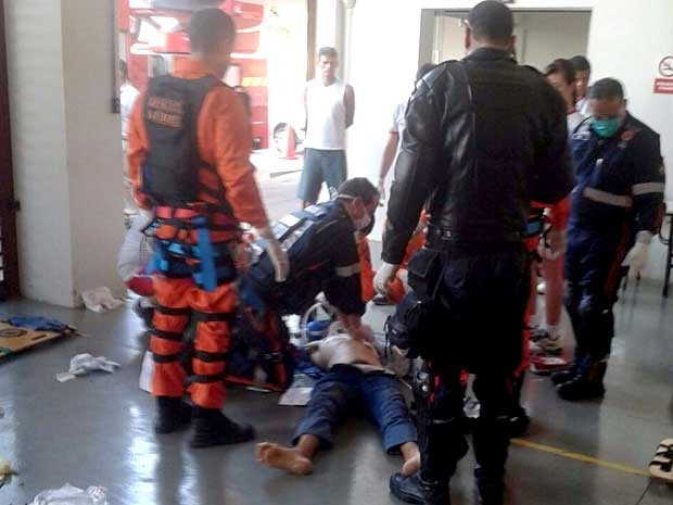 Homem baleado recebe atendimento no quartel dos bombeiros no Recanto das Emas, no DF (Foto: Corpo de Bombeiros-DF/Divulgação)