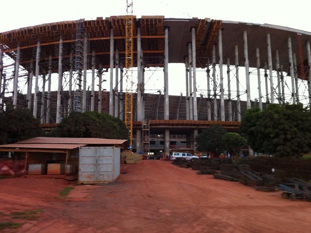 Defesa Civil trabalha na área do Estádio Nacional de Brasília onde operário caiu na tarde desta segunda-feira(11)   (Foto: Káthia Mello/G1)