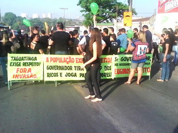 Moradores de Taguatinga protestam contra ida de integrantes do MRP para clube abandonado (Foto: Marta Lima/Arquivo Pessoal)