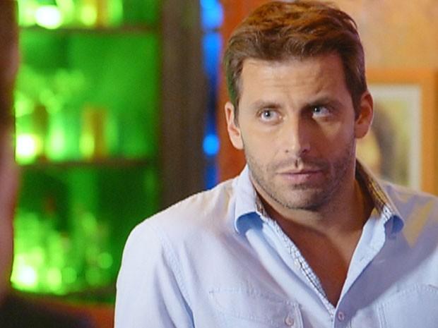Cassiano acha melhor que Cristal vá embora (Foto: Flor do Caribe / TV Globo)