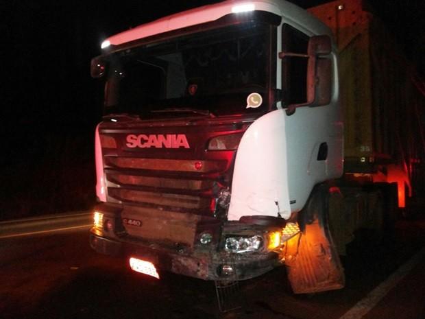 Caminhão vinha no sentido contrário e foi atingido (Foto: Heloy José)