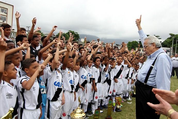 """Eurico Miranda puxa o tradicional grito """"Casaca"""" com jogadores das categorias de base (Foto: Paulo Fernandes / Vasco.com.br)"""