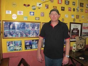 Marcio Luiz Terondi, 36 anos, garçom do 'Bar dos Cornos', em São Paulo (Foto: Fabiana de Carvalho/G1)