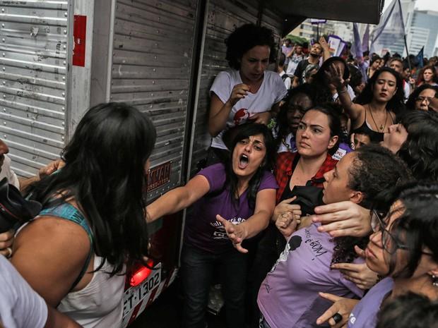 Mulheres de grupos contra e a favor da presidente Dilma discutem durante ato na Paulista (Foto: Gabriela Biló/Estadão Conteúdo)