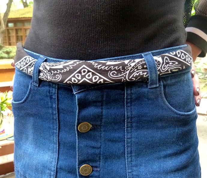 Blusa lisa preta e saia jeans: aposte na bandana para deixar o look diferente (Foto: Raquel Gonzalez / Gshow)