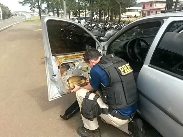 Droga estava escondida em compartimentos nas portas e nos para-choques traseiro do veículo com placas de Toledo (PR) (Foto: PRF / Divulgação)