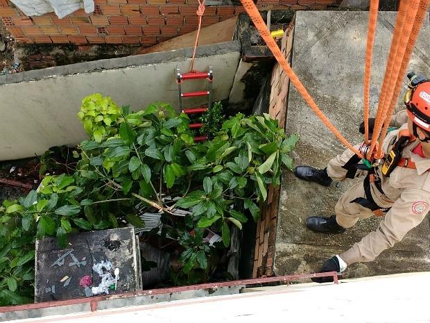 Bombeiros foram acionados para ajudar na retirada do corpo (Foto: Divulgação/Corpo de Bombeiros)