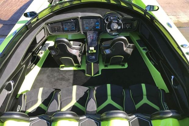 Lamborghini Aventador SV Roadster é vendida junto com barco (Foto: Divulgação)