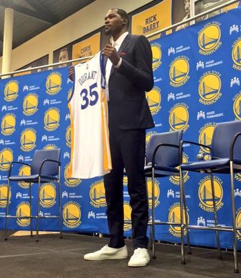 Kevin Durant posa com a camisa 35 que usará no Golden State Warriors (Foto: Reprodução / Twitter)