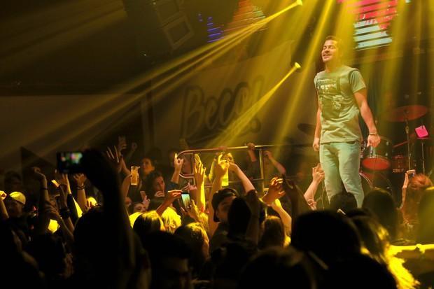 Thaigo Martins faz show em boate (Foto: Marco macedo/ Divulgação/ All In)