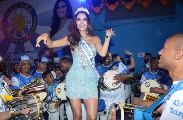 Daniela Albuquerque mostra o samba no pé junto à bateria  (Foto: Eduardo Martins/AgNews)