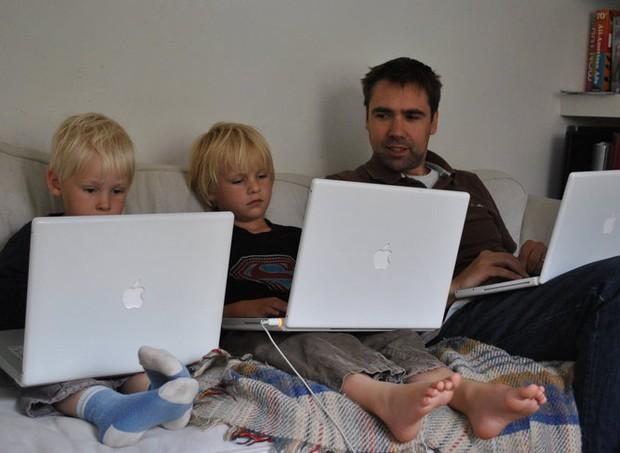 Pai com os filhos. O mais velho é autista  (Foto: Reprodução Facebook)