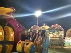 Isis Valverde curte parque de diversões com o namorado