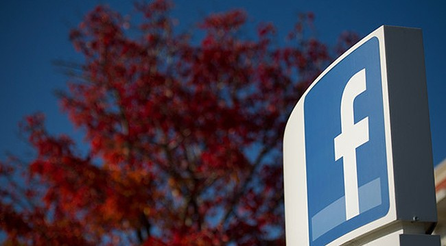 Logotipo do Facebook na entrada da sede no Vale do Silício (Foto: Getty Images)