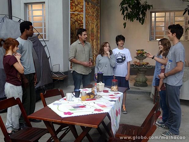 Ben dá dinheiro do seu trabalho em Miami para pagar Frédéric (Foto: Malhação / TV Globo)