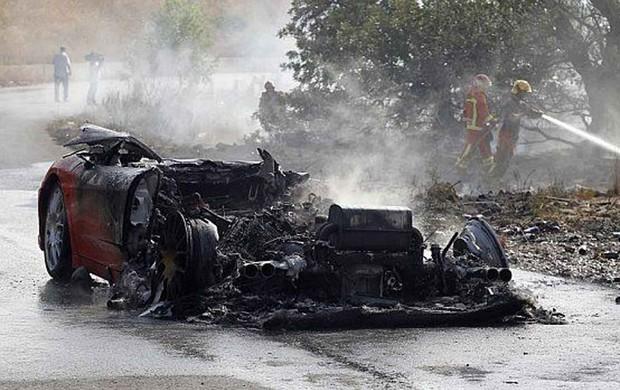 Banega, do Valencia, teve a Ferrari incendiada em  acidente. (Foto: Reprodução / Twitter)