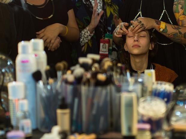Backstage do desfile da A.Brand no SPFW: modelo recebe massagem no rosto com óleo de coco antes de ser maquiada (Foto: André Bittencourt)