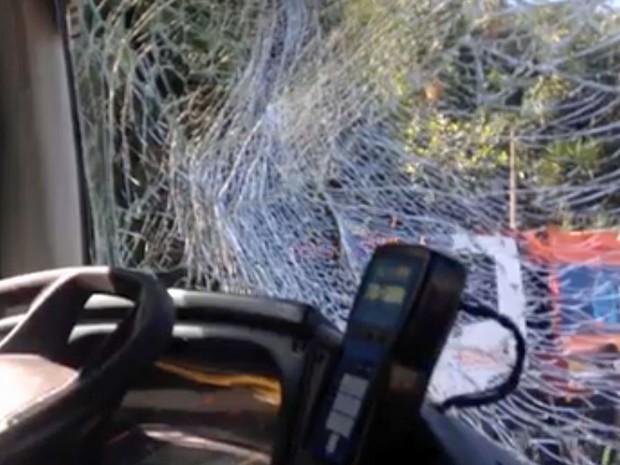 Ônibus ficou com parabrisa estilhaçado na Av. Niemeyer (Foto: Reprodução / Globo)