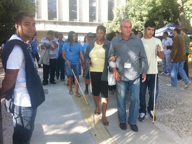 Deficientes usam calçada especial pela primeira vez nesta quinta-feira (Foto: Janaína Carvalho/G1)