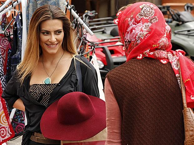 Bianca recebe dicas de roupas de Sarila (Foto: Salve Jorge/TV Globo)