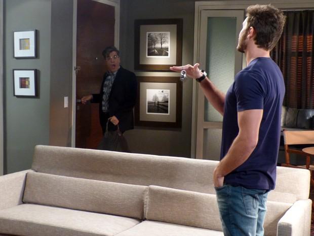 O blogueiro se desespera ao ver que Leonardo trancou a porta (Foto: Império / TV Globo)