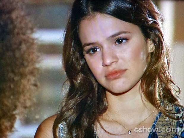 Luiza presta atenção nas palavras de Alice (Foto: Em Família/ TV Globo)