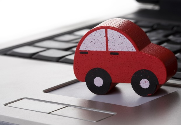 Carro no laptop (Foto: Thinkstock)