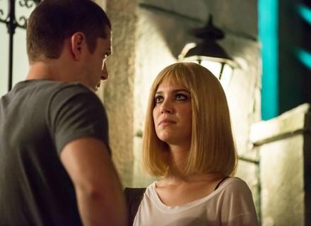 Lorena sofre por não conseguir falar com Júlia