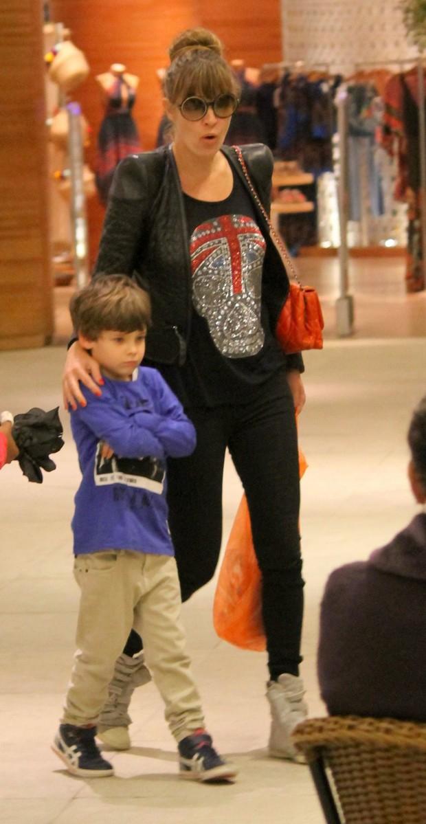 Letícia Birkheuer com o filho, João Guilherme (Foto: Agnews)