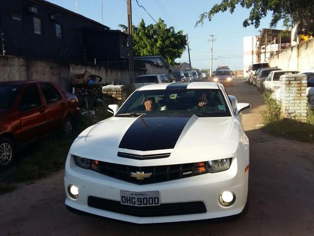 Carro de luxo foi apreendido durante operação policial (Foto: Derek Gustavo/G1)