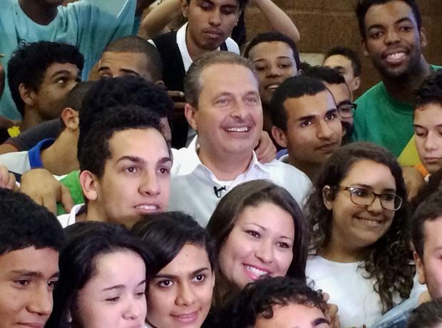 Eduardo Campos busca fortalecer apoio com jovens estudantes no Rio (Foto: Daniel Silveira / G1)