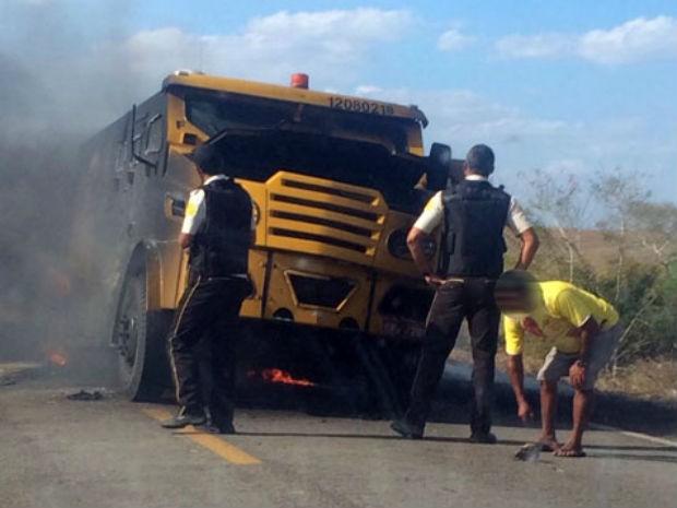 Carro-forte foi explodido em rodovia na Bahia (Foto: Site Noticias de Santaluz)