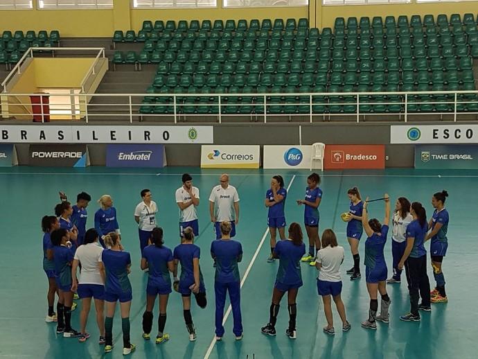 Seleção feminina de handebol treinou nesta terça-feira na Urca (Foto: Thierry Gozzer)