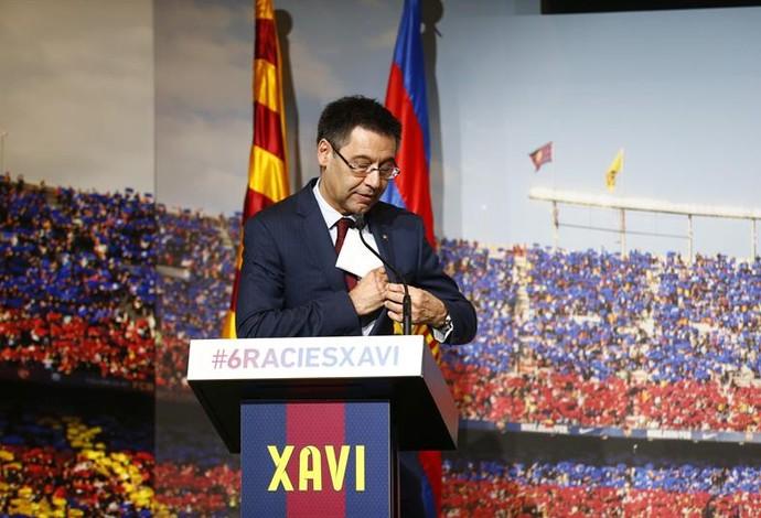 Josep Maria Bartomeu em homenage para Xavi antes da final da Liga dos Campeões (Foto: ALEJANDRO GARCÍA / EFE)