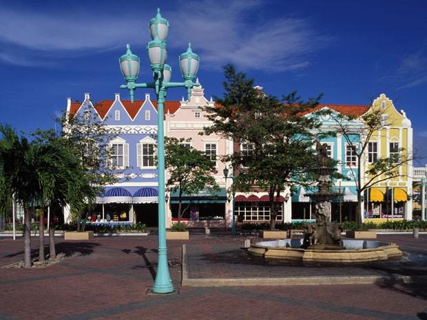 Oranjestad, a capital de Aruba, é cheia de edifícios coloridos (Foto: Hughes Hervé / hemis.fr / AFP)
