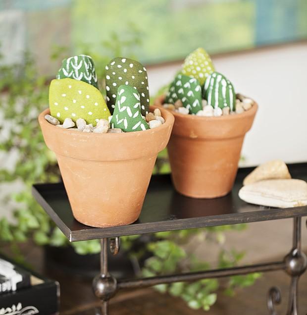 Quer plantas que não precisam de cuidados? Invente minicactos! Você só vai precisar de seixos (pedras), tinta e um pequeno vaso de barro. Afinal, um verde anima qualquer ambiente. (Foto: Elisa Correa/Casa e Comida)