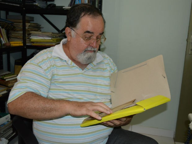 Pedro Spíndola mostra pasta com projetos sobre Manoel de Barros que, por falta de apoio, não saíram do papel (Foto: Anderson Viegas/G1 MS)