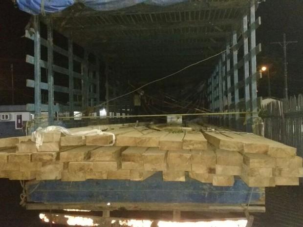 apreensao, madeira, ilegal, caminhão, rodovia, amapá (Foto: Divulgação/ Polícia Militar)