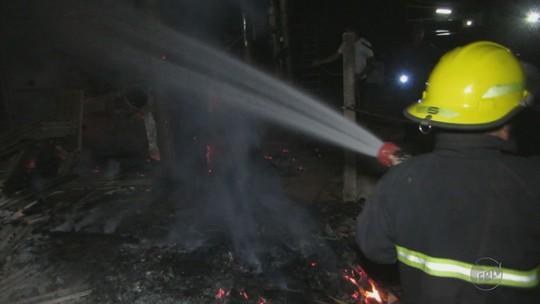 Marcenaria fica destruída após pegar fogo em bairro de Passos, MG