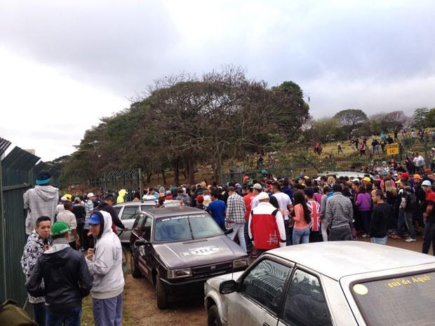 MC Daleste foi enterrado em cemitério da Zona Leste de São Paulo nesta segunda-feira (Foto: Letícia Macedo/G1)
