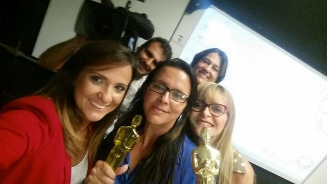 A repórter Adriana Cutino com o vencedor do Prêmio Educador Destaque Guarujá 2014 (Foto: Arquivo Pessoal)