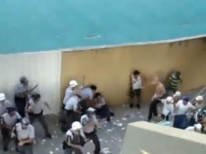 Policial caiu após receber um chute de torcedor da Mancha Alvi Verde (Foto: Reprodução / Youtube)