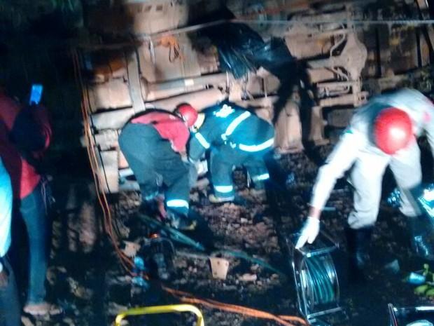 Bombeiros informaram que entre 10 e 12 pessoas eram transportadas na carroceria do veículo (Foto: Divulgação)