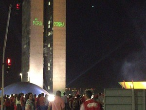 Projeção da frase 'Fora Cunha' nos prédios do Congresso Nacional feita por manifestantes contrários ao impeachment da presidente Dilma Rousseff (Foto: Gabriel Luiz/G1)
