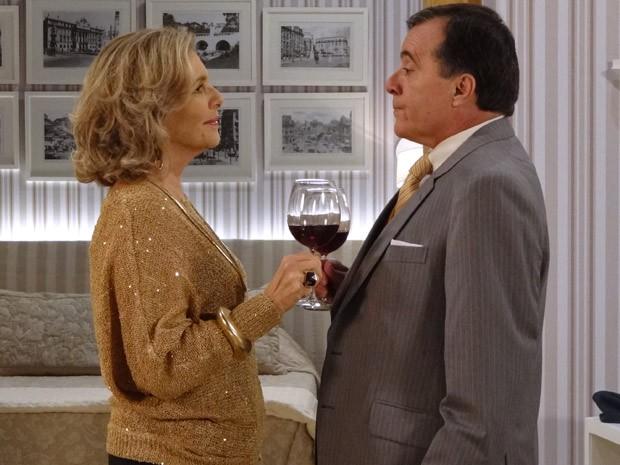 Charlô consegue convencer Dominguinhos a se hospedar na mansão (Foto: Guerra dos Sexos / TV Globo)