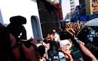 Ivete chega de roupão para 'arrastar' foliões (Jailson Barbosa/Agência Edgard de Souza)