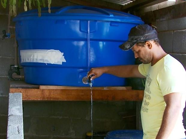 O pedreiro Alexandre Reis Rodrigues instalou mais uma caixa d´água de 500 litros em casa (Foto: Reprodução EPTV)