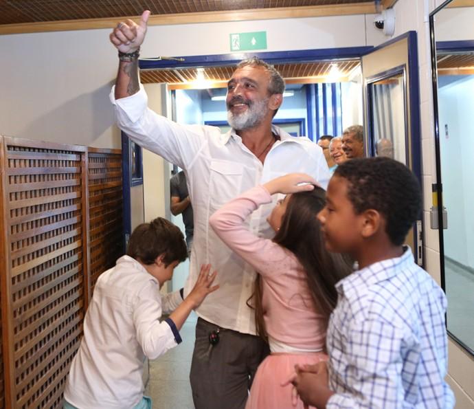 O diretor geral Rogério Gomes, o Papinha, segue para o estúdio rodeado pelas crianças do elenco (Foto: Carol Caminha/Gshow)