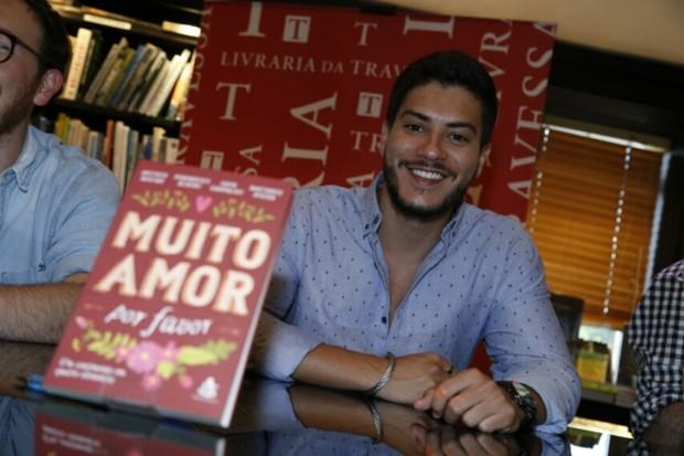 """Arthur Aguiar lança o livro """"Muito Amor"""" (Foto: AgNews / AgNews)"""