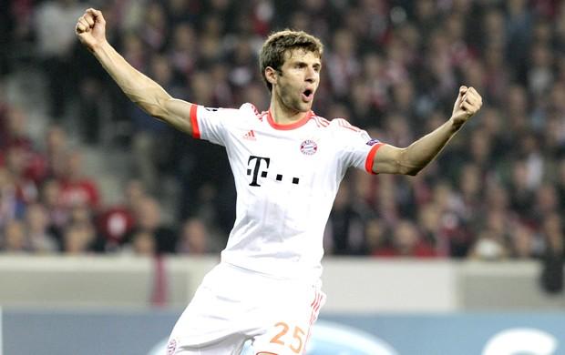 Muller comemora gol do Bayern de Munique cotra o Lille (Foto: Agência Reuters)